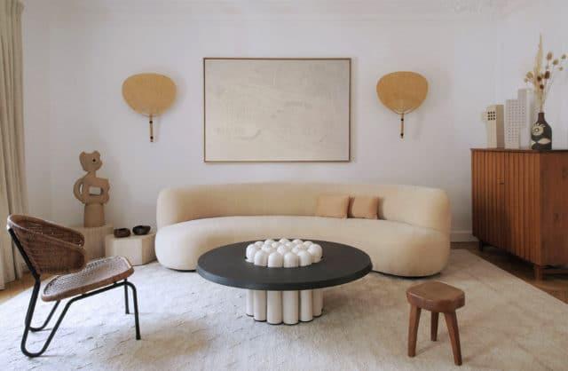 Rzemiosło splecione z fakturami: stonowany apartament w Paryżu