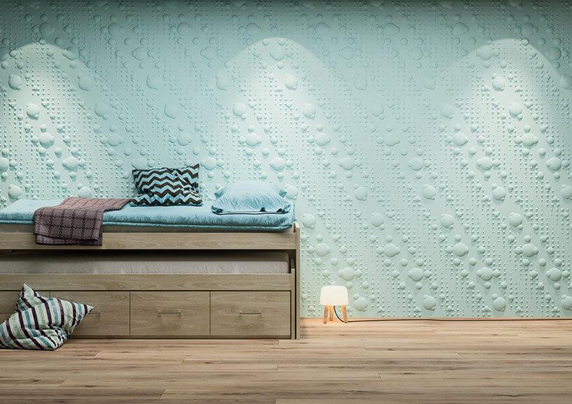 łóżko na tle seledynowych paneli przestrzennych