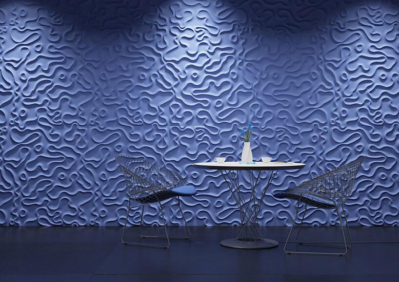 stolik ikrzesła na tle fioletowej ściany