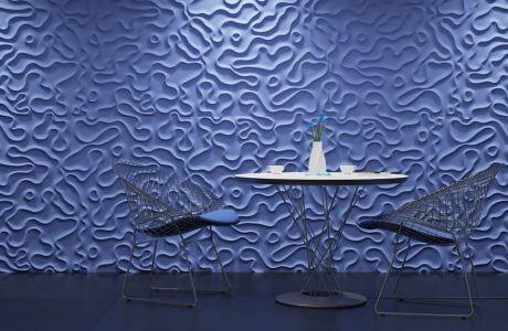 stolik i krzesła na tle przestrzennej fioletowej ściany