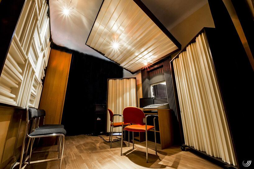 pokój zdrewnianymi elementami akustycznymi