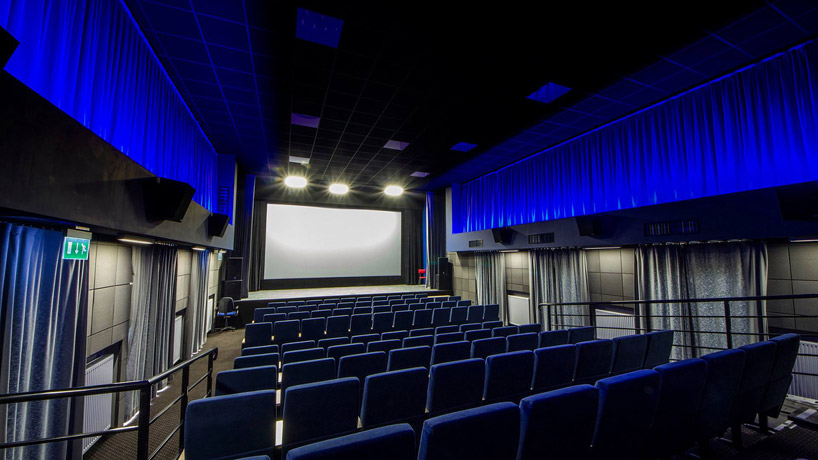 sala kinowa zniebieskim podświetleniem
