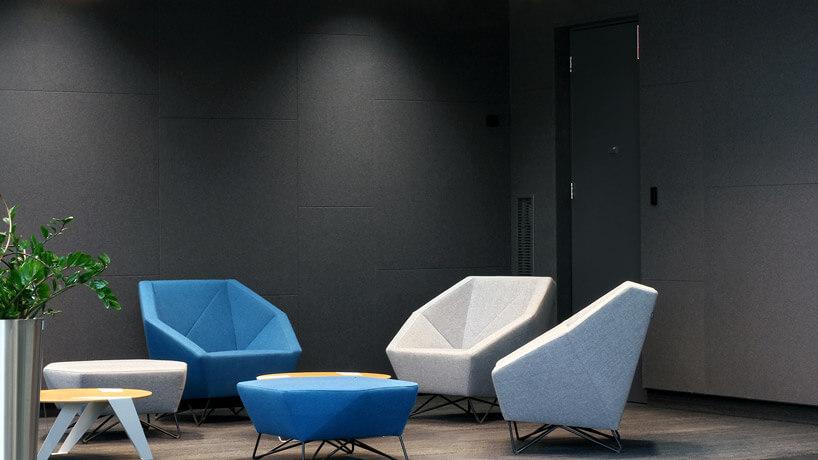 niebieskie krzesło zstolikiem obok białych krzeseł