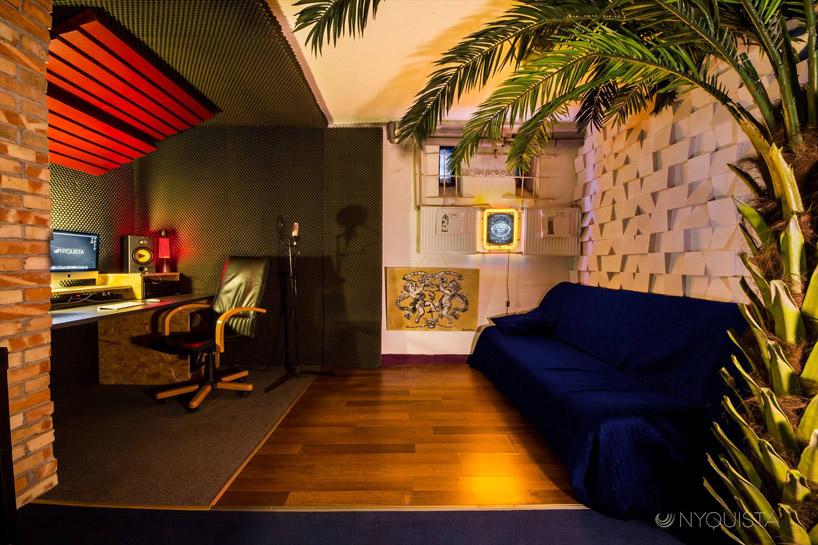 mały pokój nagrań zelementami akustycznymi