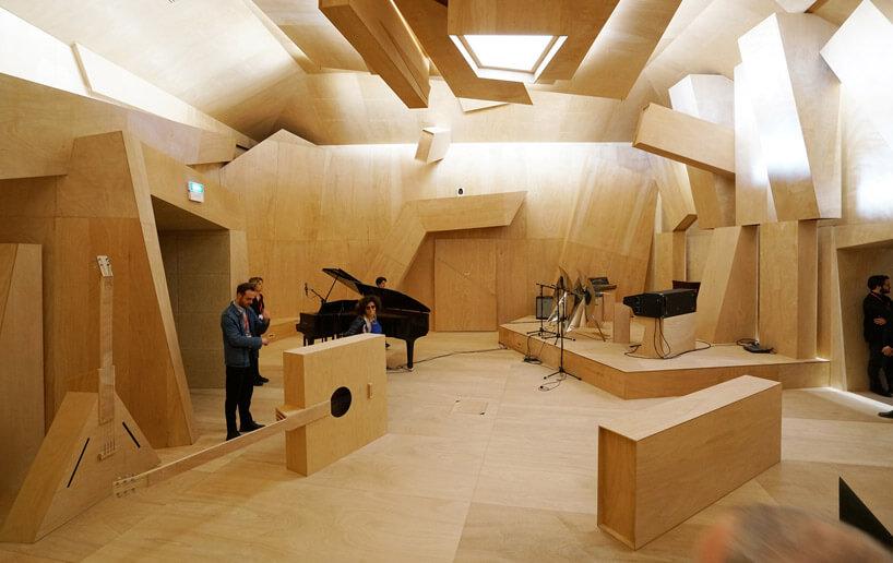 pokój zdużą ilością drewnianych elementów wstudio
