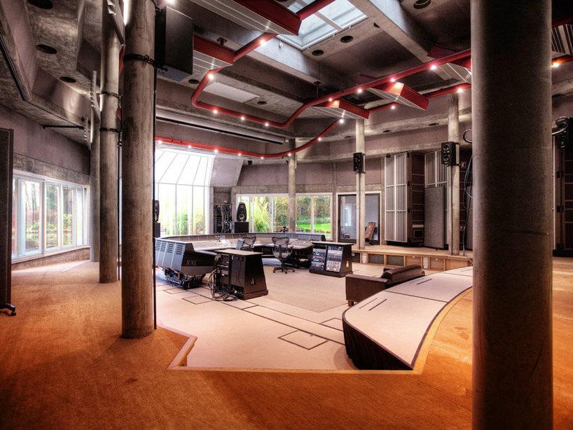 profesjonalne stoły nagraniowe wstudio zczerwonymi elementami