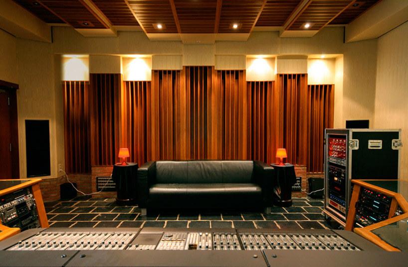 czarna sofa wmałym studio