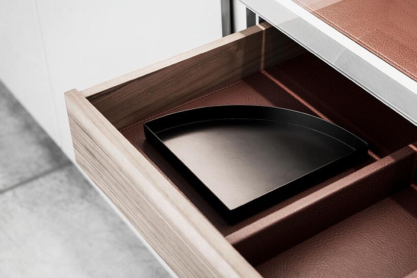 drewniana szuflada wyściełana brązową skóra zobszyciem