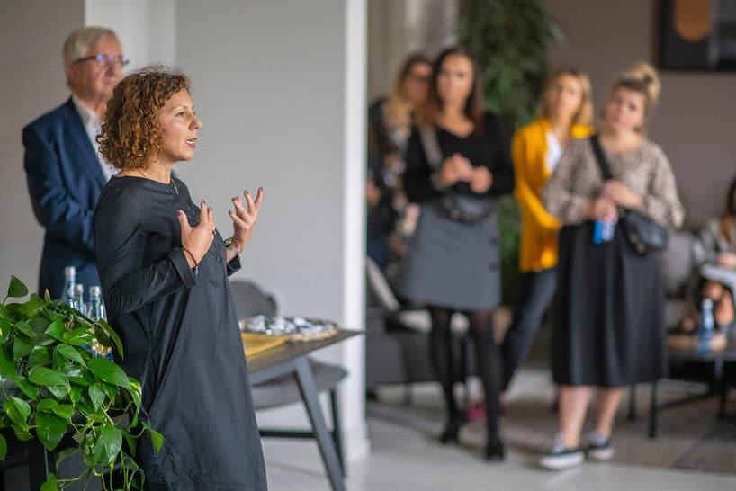 kobieta wszarej sukience podczas wystąpienia