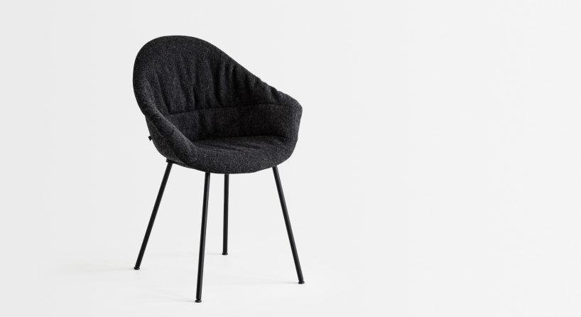 czarne krzesło zzowalnym oparciem na cienkich czarnych metalowych nogach