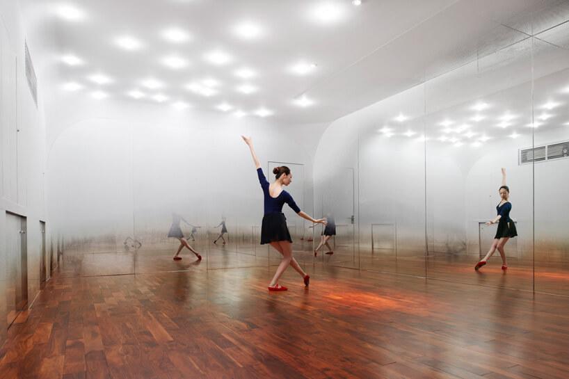 ćwicząca tancerka wsali