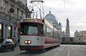 czerwony tramwaj wyjeżdżający z placu Wolności w Łodzi