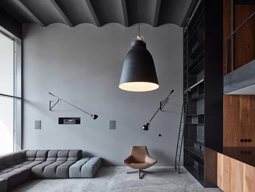 industrialna lampa wdużym rozmiarze wpomieszczeniu zmetalowym pofalowanym sufitem