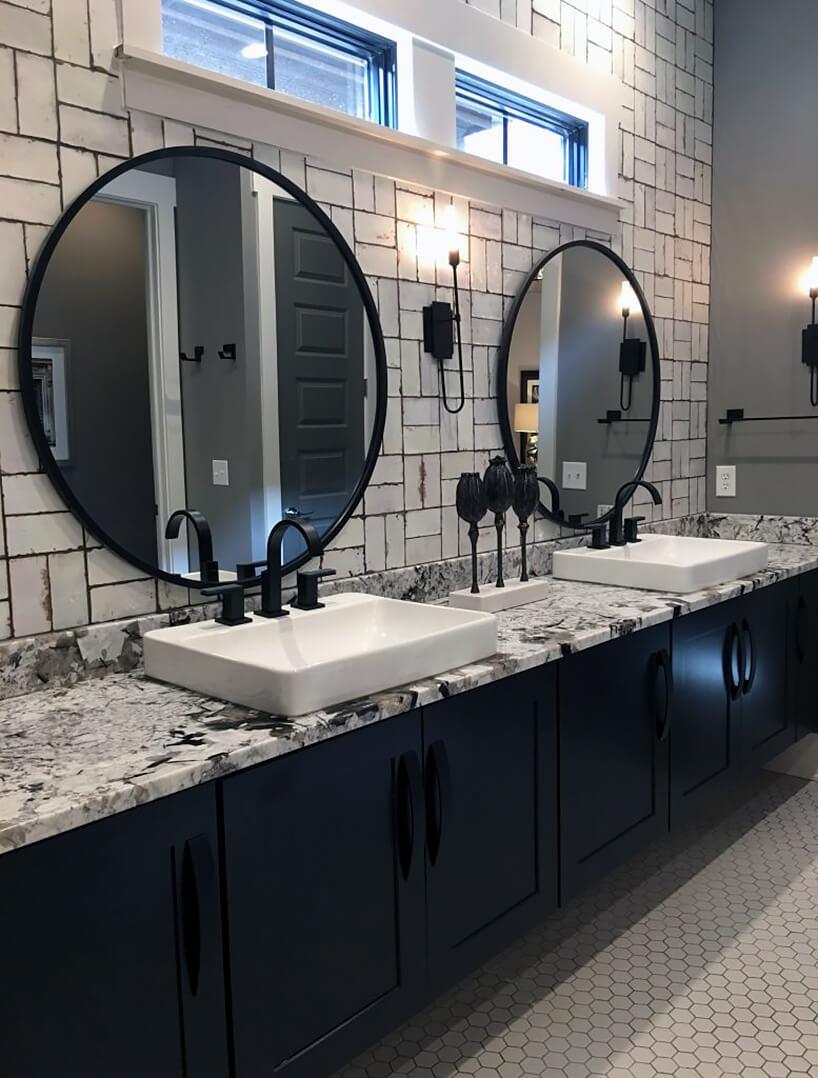 łazienka styl industrialny czarne szafki zbiałym kamiennym blatem