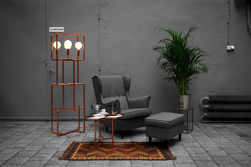 styl industrialny loft zszarymi ścianami jako tło dla miedzianej stojącej lampy