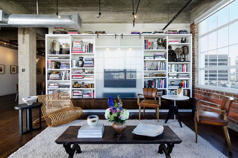styl industrialny loft ze stary czarnym stołem wieloma starymi krzesłami