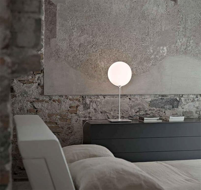 niska szara komoda na tle ściany loftu styl industrialny obdrapana
