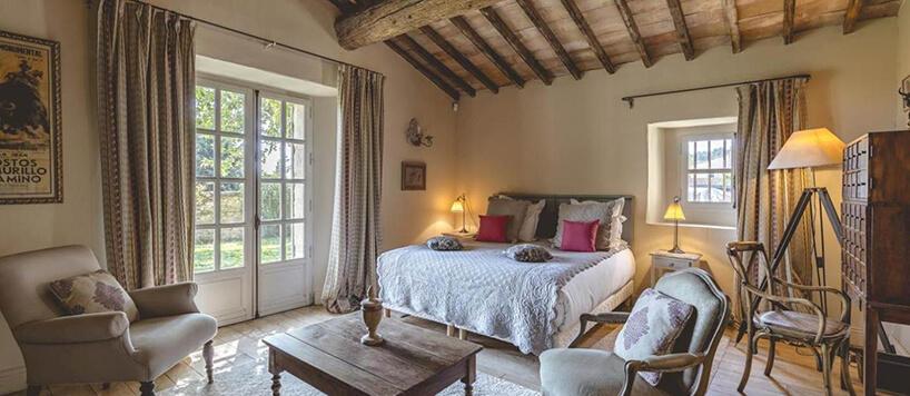styl prowansalski wsypialni drewniany sufit duże drewniane okna