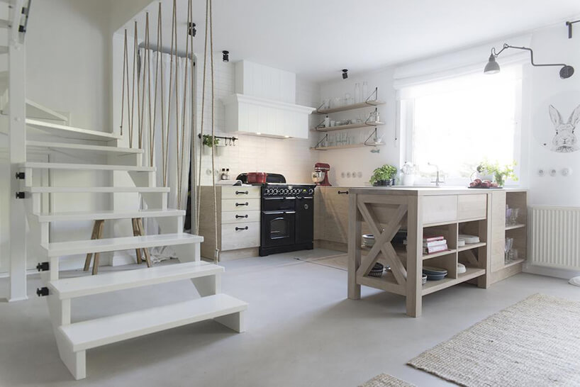 styl prowansalski wkuchni obok drewnianych schodów