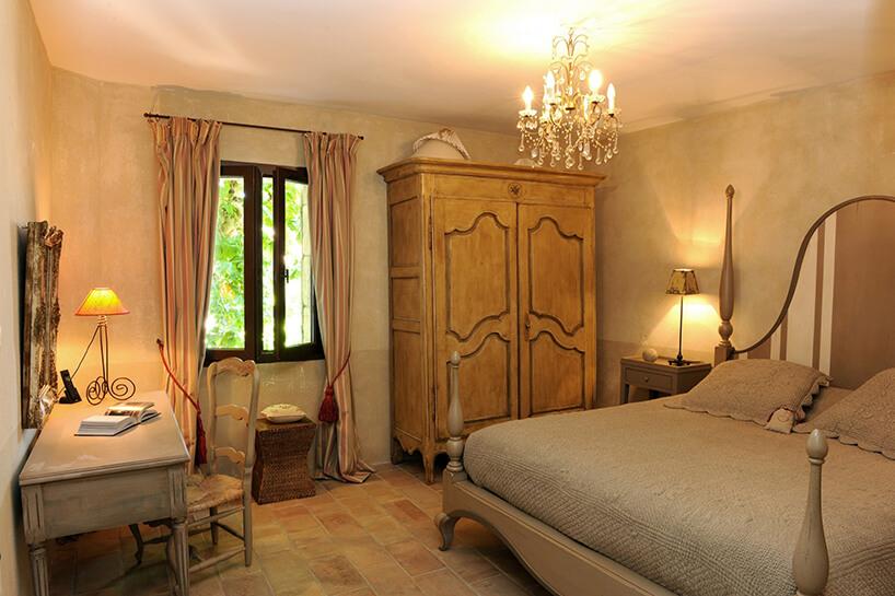 styl prowansalski wsypialni duża drewniana szafa iduże łóżko