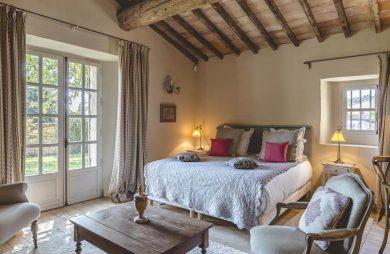 styl prowansalski w sypialni drewniany sufit duże drewniane okna