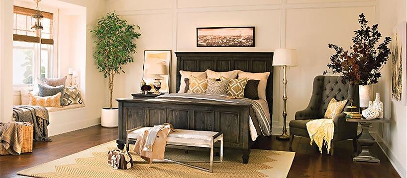 duże łóżko małżeńskie zpoduszkami wzłotym kolorze
