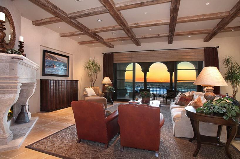 salon wstylu toskański zodsłoniętymi belkami stropowymi ipięknym widokiem