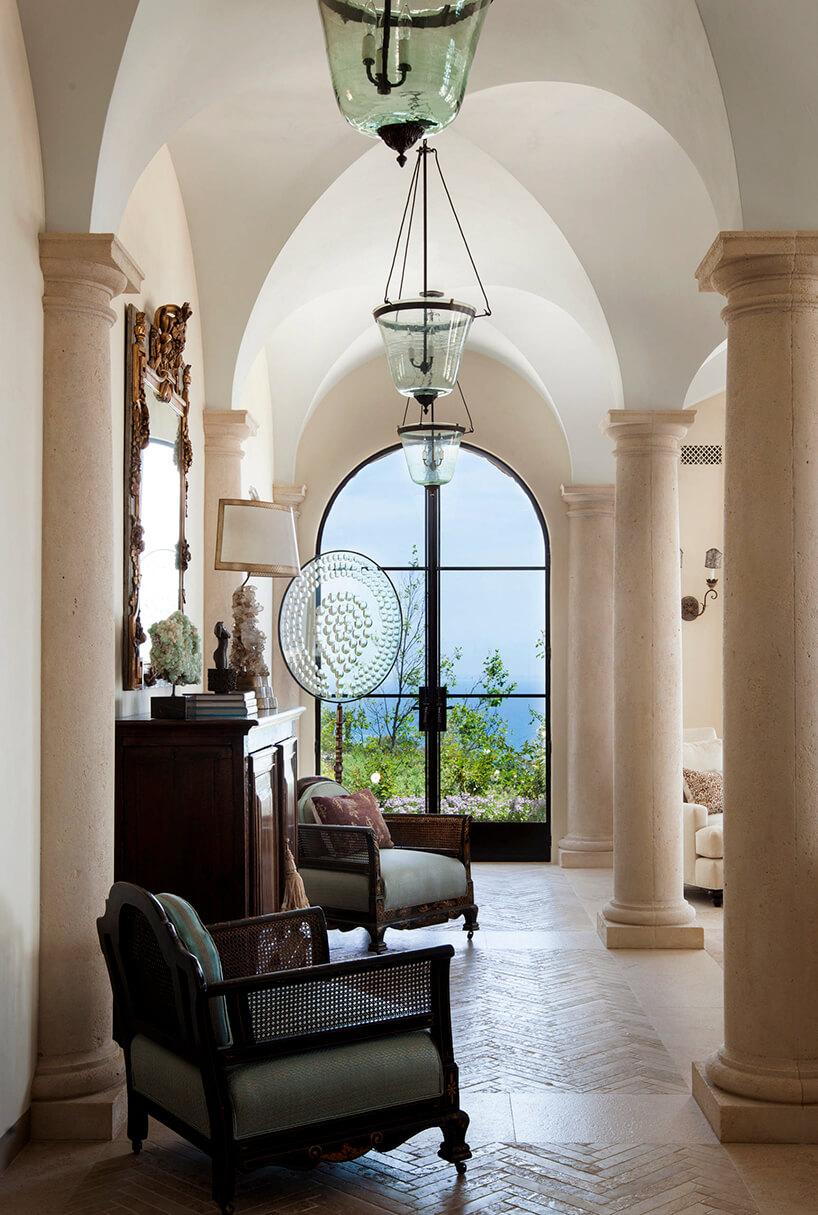 dwa eleganckie fotele idrewniana komoda wzwieńczonym łukami wnętrzu wstylu prowansalskim