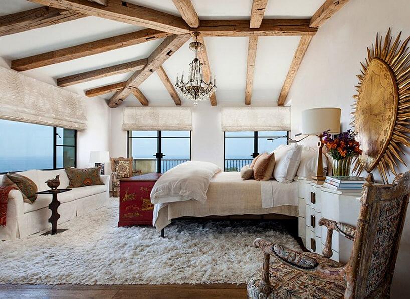 sypialnia wstylu prowansalskim zdużym łóżkiem dużymi oknami