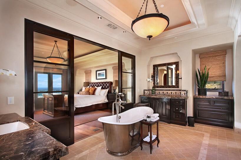 łazienka zdużymi przeszklonymi drzwiami na sypialnie wstylu prowansalskim
