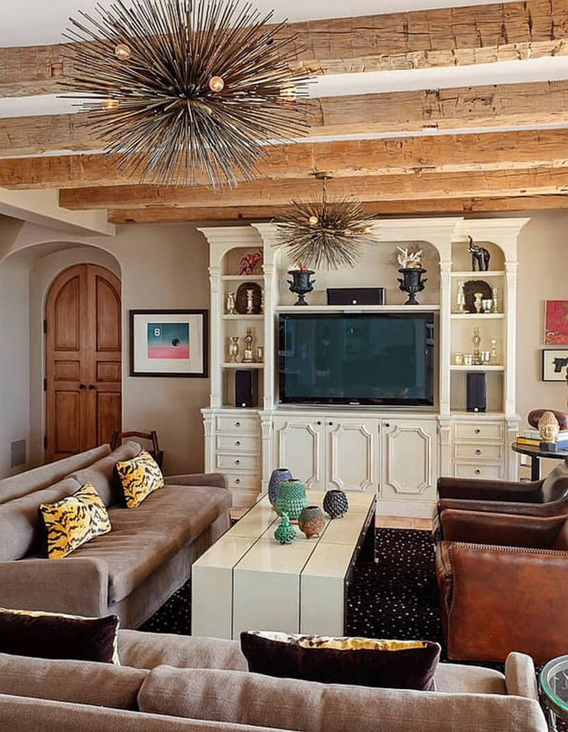 salon wstylu prowansalskim zodsłoniętymi belkami pod sufitem