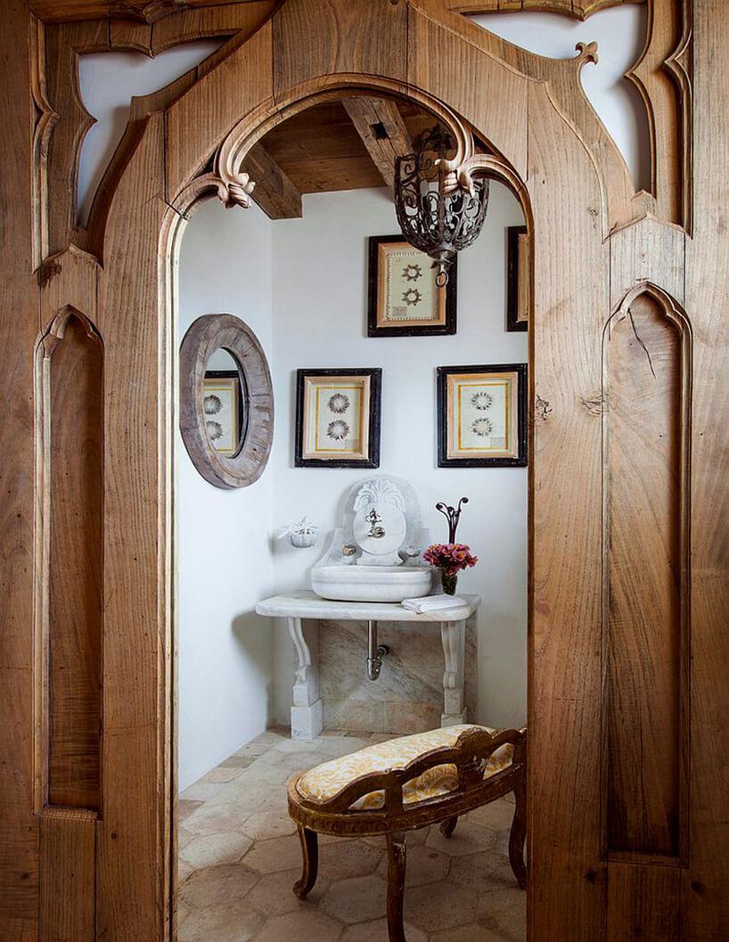 drewniana zdobiona futryna wprzejściu do łazienki wstylu prowansalskim