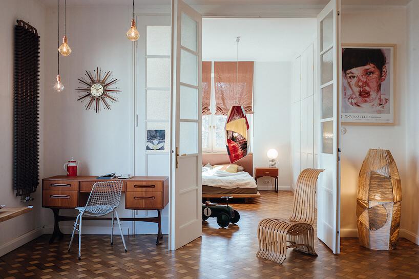 salon isypialnia styl vintage we wnętrzach stary czarny grzejnik ścienny