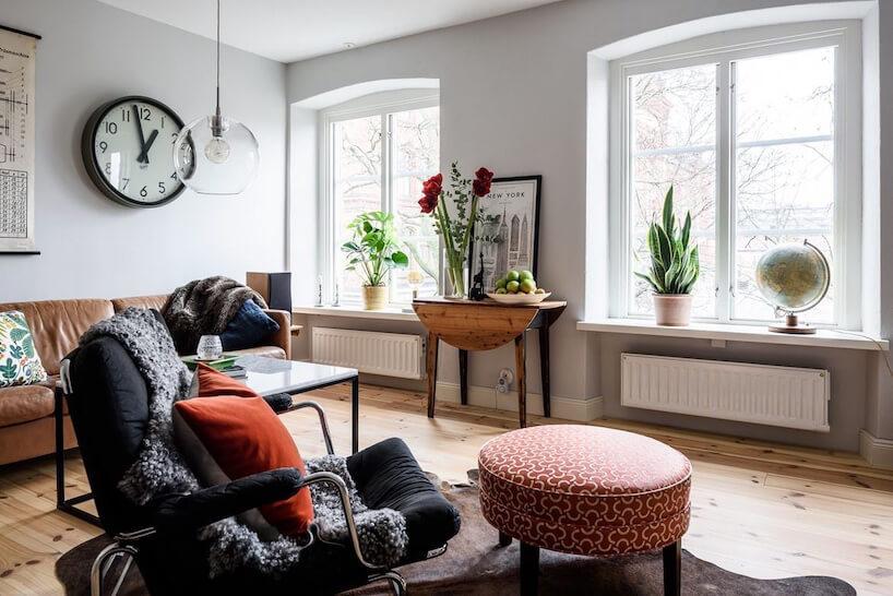 salon vintage wbiałym kolorze zdużą czerwoną pufą