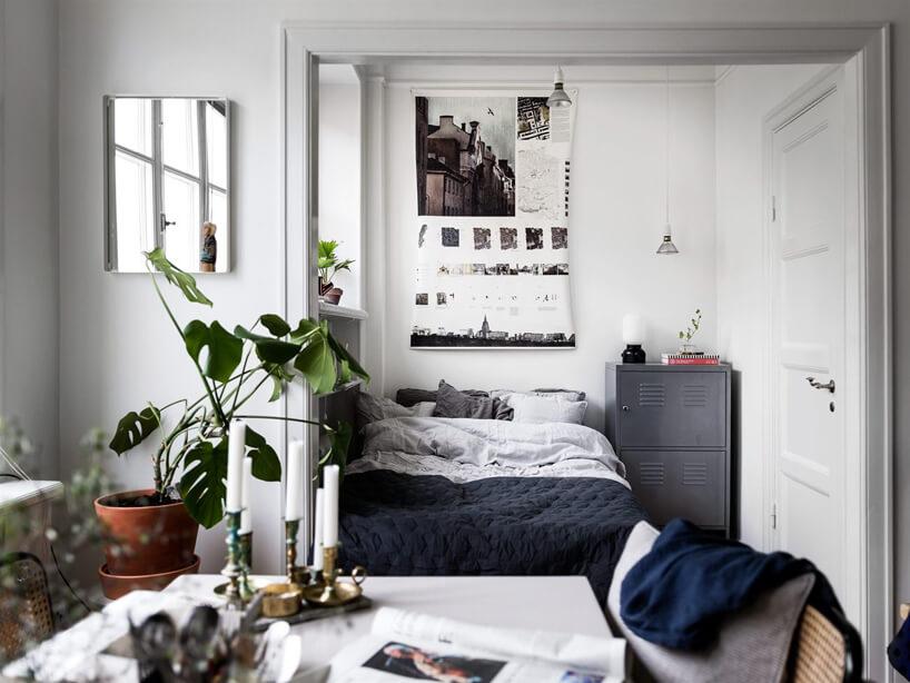 biała sypialnia vintage zszarą metalową szafką