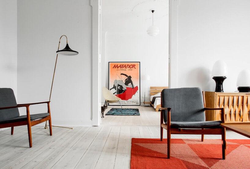 biały salon vintage zdwoma starymi krzesłami
