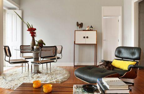 świetny salon vintage z retro fotelem obok retro stolika z krzesłami