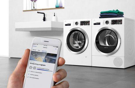 biała suszarka Siemens z systemem Home Connect oraz technologią AutoCean obok nowoczesnej pralki Siemens