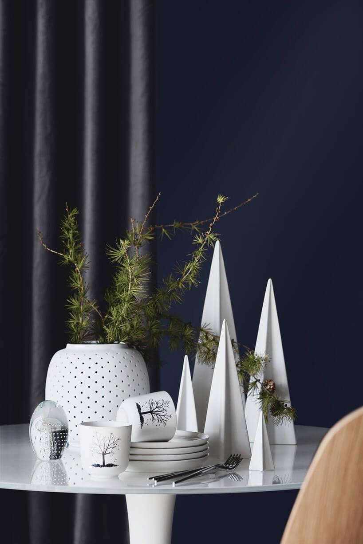 białe świąteczne dekoracje na stoliku