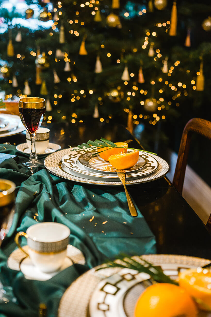 zielony obrus na stole świątecznym