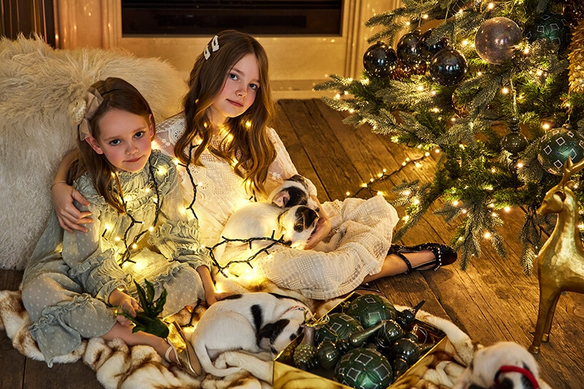 świąteczny nastrój wdomu zdużą choinką idziećmi