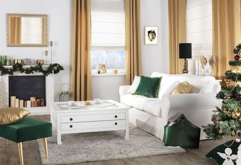białe wnętrze zkanapą zpoduszkami wkolorze zielonym oraz złotymi zasłonami