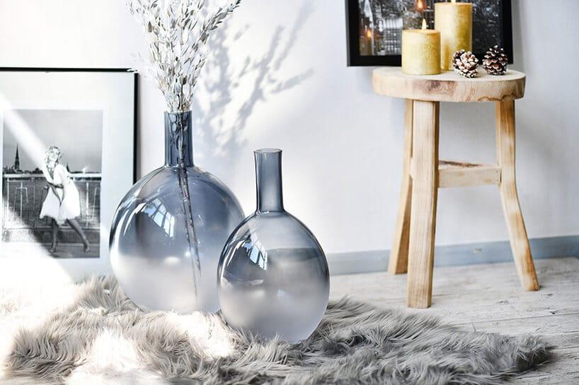 szklane wazony wpołowie barwione na niebiesko