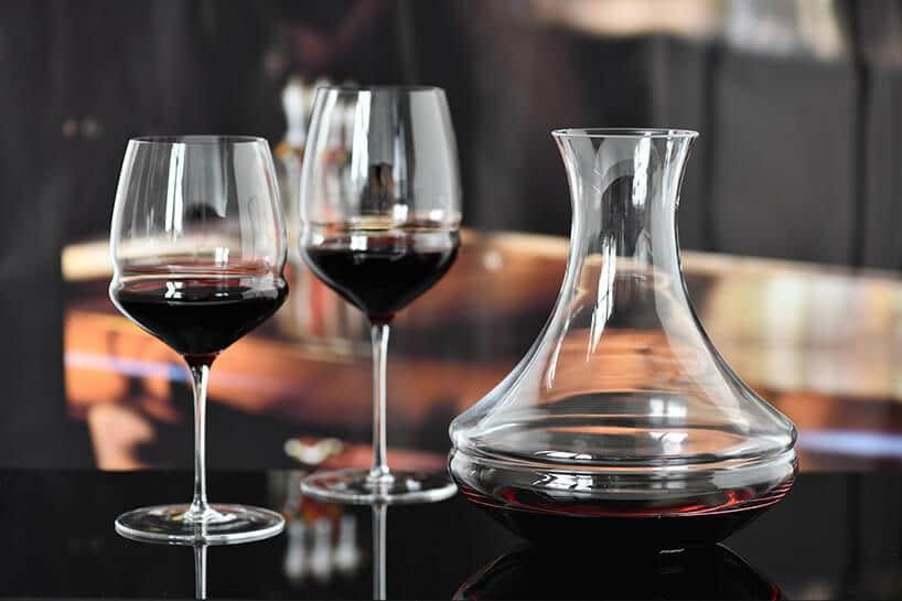 wysokie kieliszki do wina obok szerokiej karafki