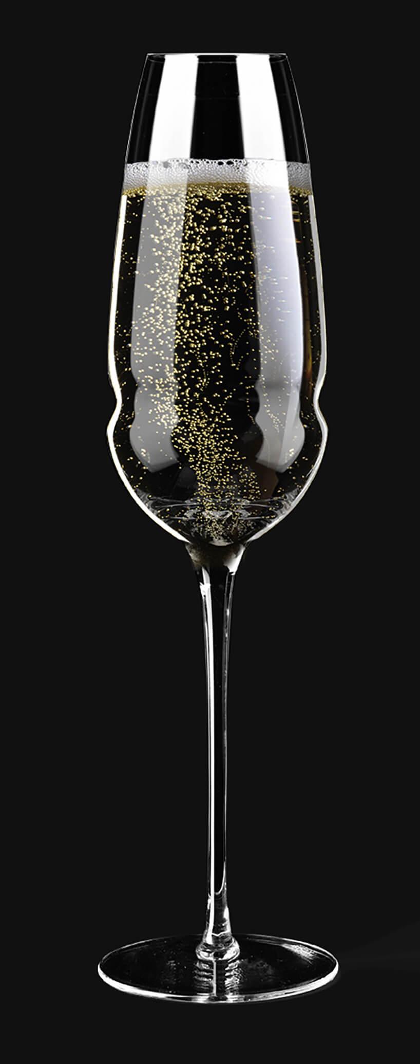 kieliszek do szampana na czarnym tle