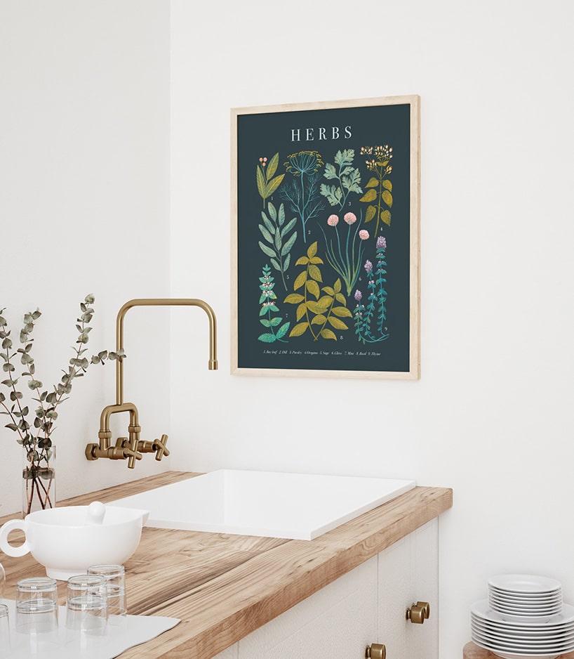 zielonkawy obraz na kremowej ścianie przy kwadratowym kranie wjasnej kuchni zdrewnianym blatem