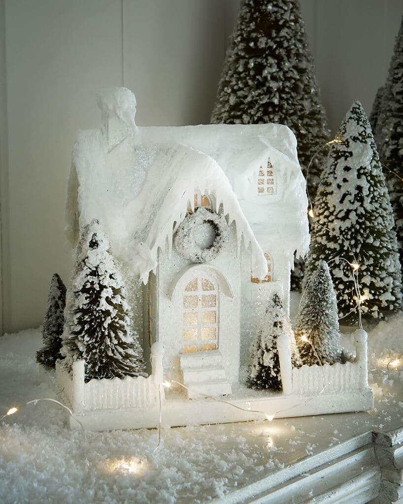 śnieżny domek wkolorze białym zchoinką