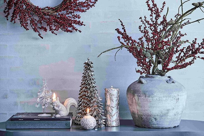 czerwone roślinki jako ozdoba świąteczna