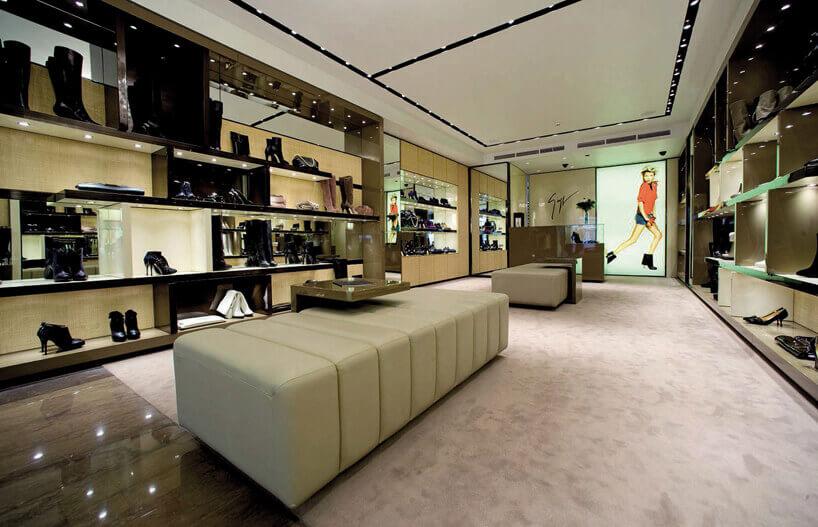 buty na oświetlonych półkach