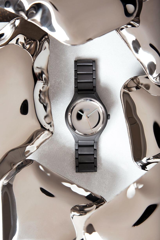 zegarek zbłyszczącą tarczą